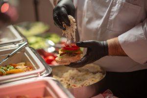 Hamburger készül egy Albatros-rendezvényen