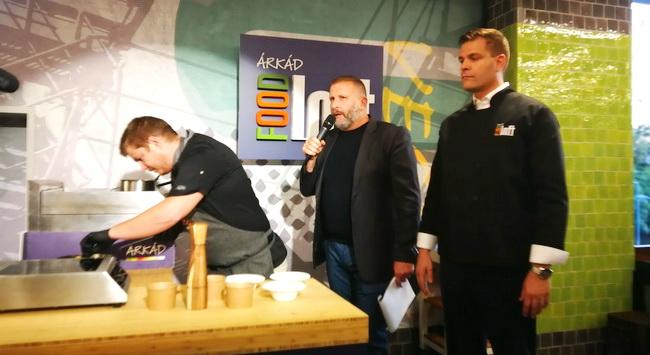 Megnyitott a Food Loft az Árkádban. A fotón a bevásárlóközpont igazgatója, a Világevő Jókuti András és az étterem Chefje tart gasztronómiai bemutatót. Rendezvény Magazin 2019.